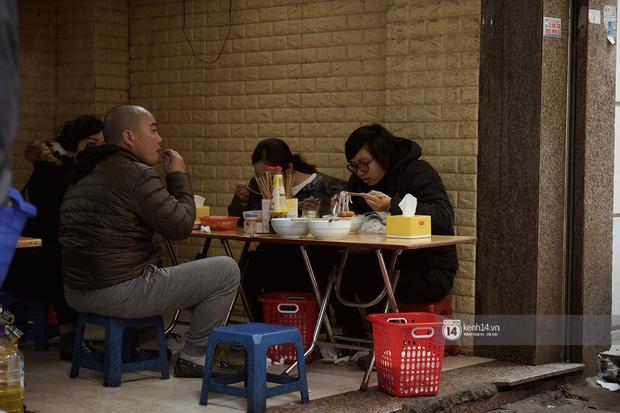 Chùm ảnh: Hà Nội rét kỷ lục, chạm ngưỡng 10 độ nhưng quán xá vẫn tấp nập, dân tình xì xụp ăn uống đủ các món mùa đông - Ảnh 17.