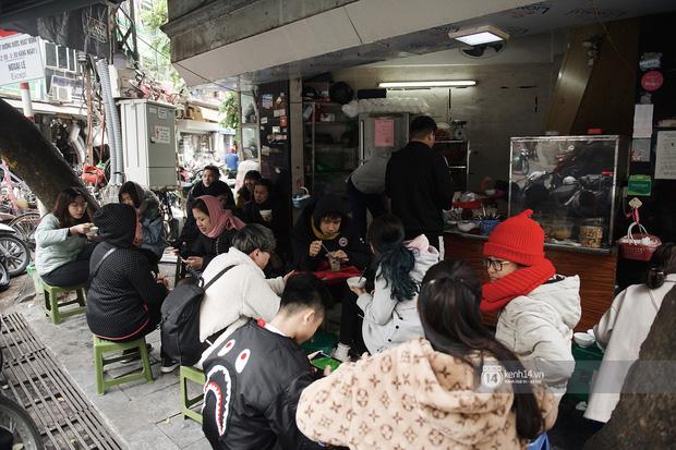 Chùm ảnh: Hà Nội rét kỷ lục, chạm ngưỡng 10 độ nhưng quán xá vẫn tấp nập, dân tình xì xụp ăn uống đủ các món mùa đông - Ảnh 6.