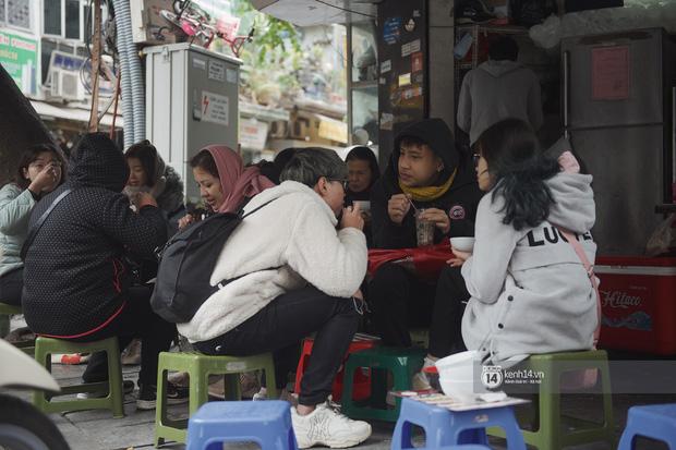 Chùm ảnh: Hà Nội rét kỷ lục, chạm ngưỡng 10 độ nhưng quán xá vẫn tấp nập, dân tình xì xụp ăn uống đủ các món mùa đông - Ảnh 7.