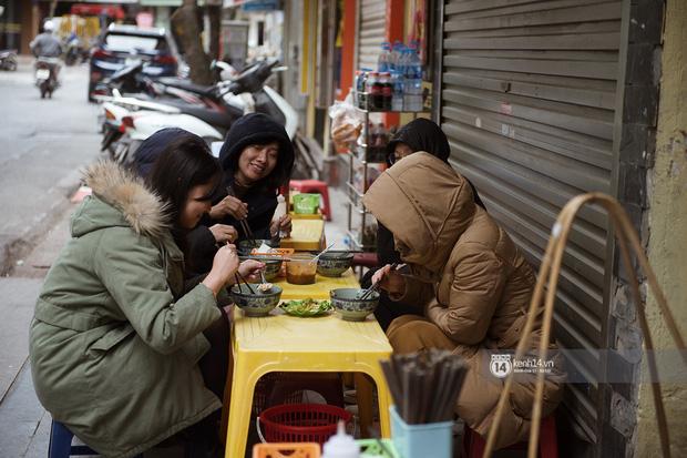 Chùm ảnh: Hà Nội rét kỷ lục, chạm ngưỡng 10 độ nhưng quán xá vẫn tấp nập, dân tình xì xụp ăn uống đủ các món mùa đông - Ảnh 9.