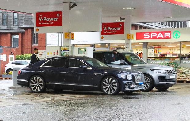 Siêu xe trị giá 30 tỷ đồng của Ronaldo rời trạm xăng sau gần 7 giờ xếp hàng vì không mua được nhiên liệu - Ảnh 1.