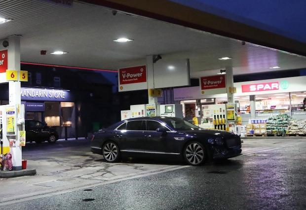 Siêu xe trị giá 30 tỷ đồng của Ronaldo rời trạm xăng sau gần 7 giờ xếp hàng vì không mua được nhiên liệu - Ảnh 2.