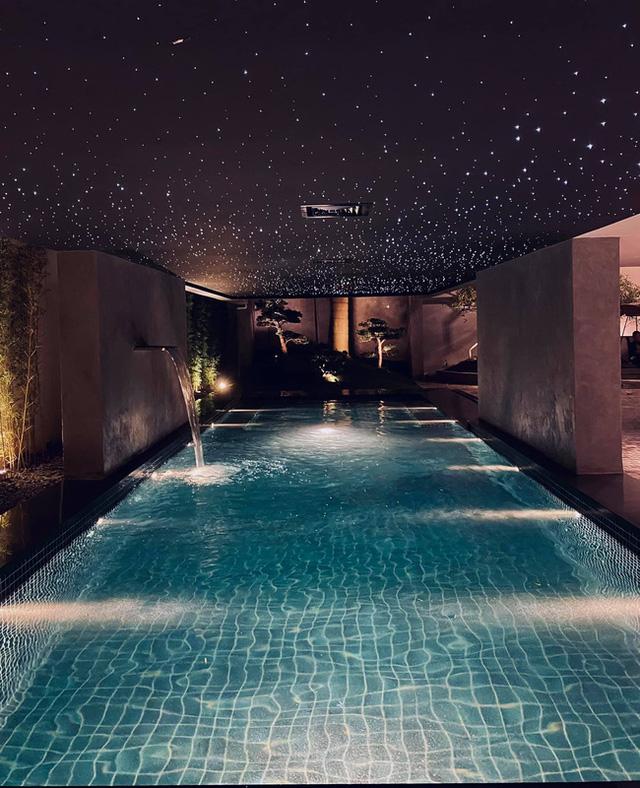 Hé lộ biệt thự của BTV Ngọc Trinh: Bể bơi trong nhà lấp lánh như resort, phòng khách chẳng khác phòng triển lãm tranh - Ảnh 2.