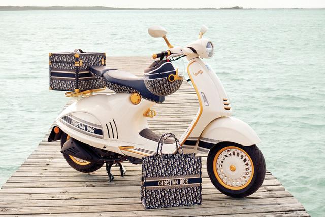 Vespa 946 Christian Dior chốt giá hơn 600-700 triệu tại Việt Nam: Đi kèm phụ kiện Dior sang chảnh, đắt hơn cả Kia K3 mới ra mắt - Ảnh 1.