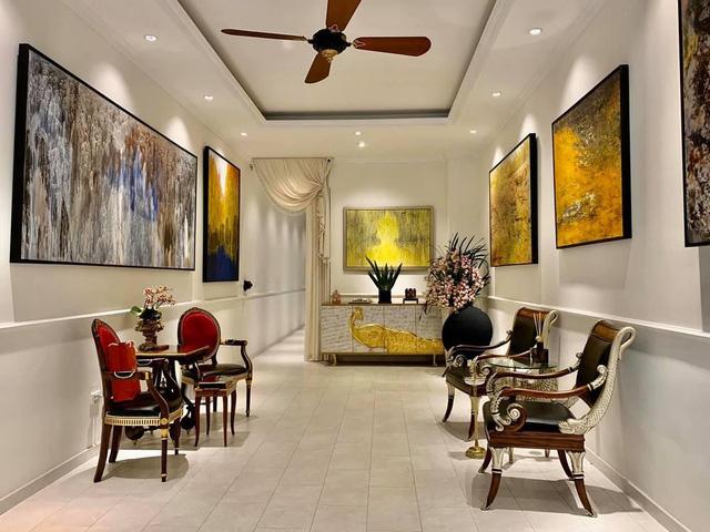 Hé lộ biệt thự của BTV Ngọc Trinh: Bể bơi trong nhà lấp lánh như resort, phòng khách chẳng khác phòng triển lãm tranh - Ảnh 3.