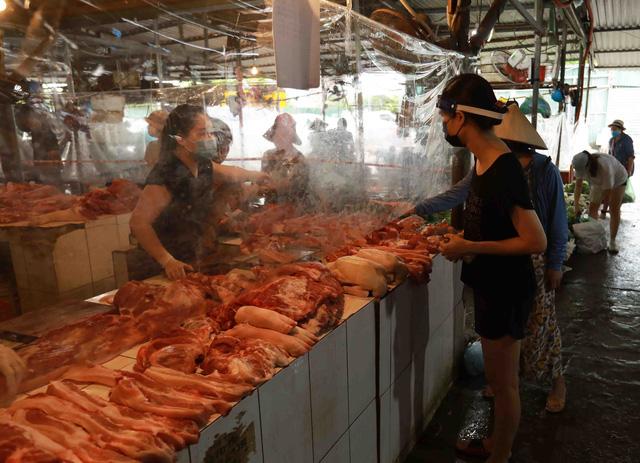 Giá lợn hơi chạm đáy, thịt lợn ở chợ và siêu thị vẫn đứng im - Ảnh 2.