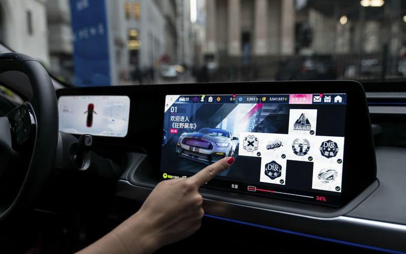 """Lý do bất ngờ khiến xe sang BMW thất thế trước 'xe Tàu"""" ở Trung Quốc: Khách đòi trên xe có mic hát karaoke, kết nối mạng xã hội và thanh toán QR code!"""