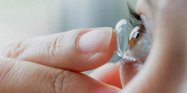 4 hành vi gây hại đôi mắt, thậm chí còn dễ dẫn đến mù lòa nhưng nhiều người vẫn hay mắc phải - Ảnh 1.