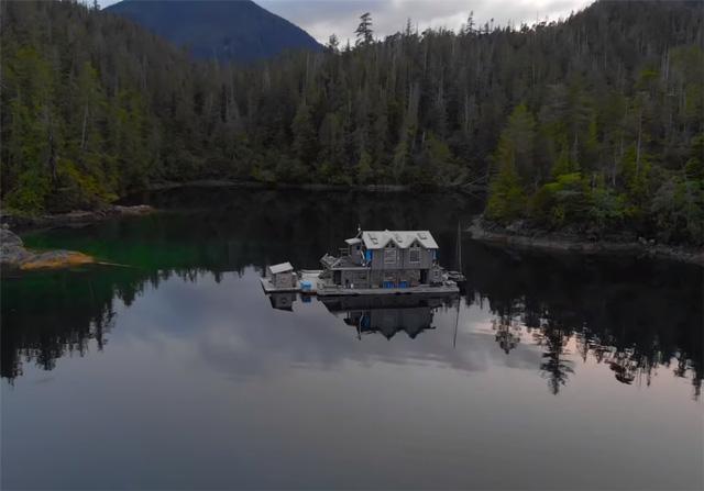 Ông lão mua một căn nhà rộng 70m2 trên mặt nước, sống nhàn nhã một mình hơn 30 năm: Không bị vật chất bó buộc , thế giới tinh thần trở nên phong phú hơn! - Ảnh 2.