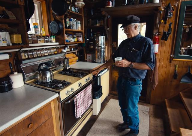 Ông lão mua một căn nhà rộng 70m2 trên mặt nước, sống nhàn nhã một mình hơn 30 năm: Không bị vật chất bó buộc , thế giới tinh thần trở nên phong phú hơn! - Ảnh 18.