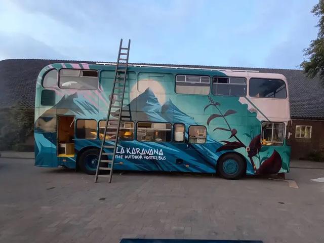 4 cô gái trẻ mua xe buýt rẻ tiền rồi biến thành mobihome sang chảnh, đem cho thuê kiếm gần nghìn đô mỗi tuần - Ảnh 3.