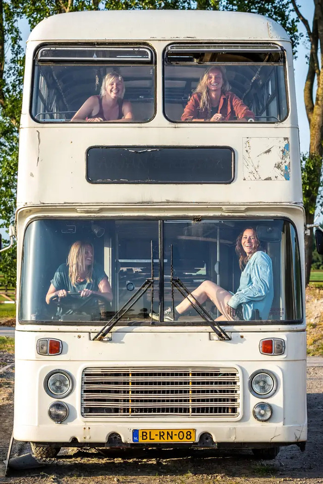 4 cô gái trẻ mua xe buýt rẻ tiền rồi biến thành mobihome sang chảnh, đem cho thuê kiếm gần nghìn đô mỗi tuần - Ảnh 6.