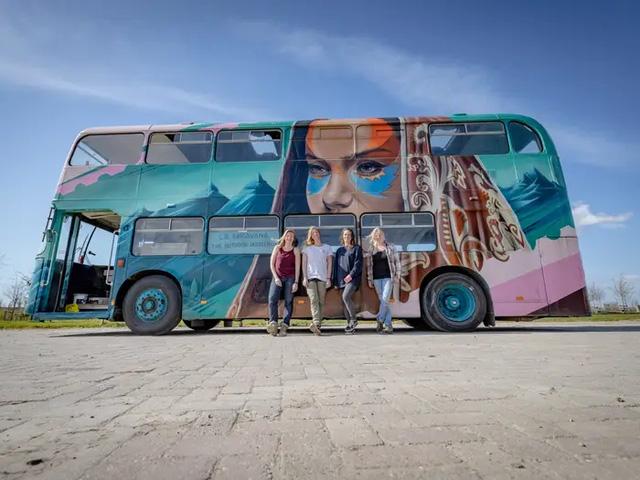 4 cô gái trẻ mua xe buýt rẻ tiền rồi biến thành mobihome sang chảnh, đem cho thuê kiếm gần nghìn đô mỗi tuần - Ảnh 7.