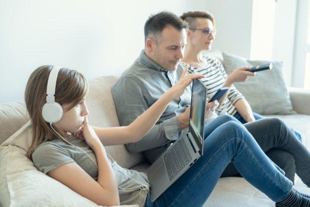 Đừng xem TV theo cách này nếu không muốn bị đau dạ dày, nhanh già đi, thậm chí mắc ung thư - Ảnh 1.