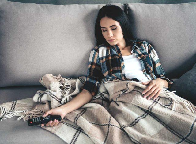 Đừng xem TV theo cách này nếu không muốn bị đau dạ dày, nhanh già đi, thậm chí mắc ung thư - Ảnh 3.
