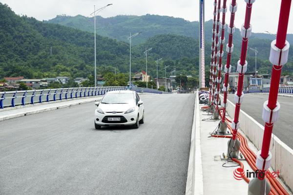 Toàn cảnh cây cầu gần 600 tỷ nối 2 bờ sông Đà vừa thông xe - Ảnh 6.