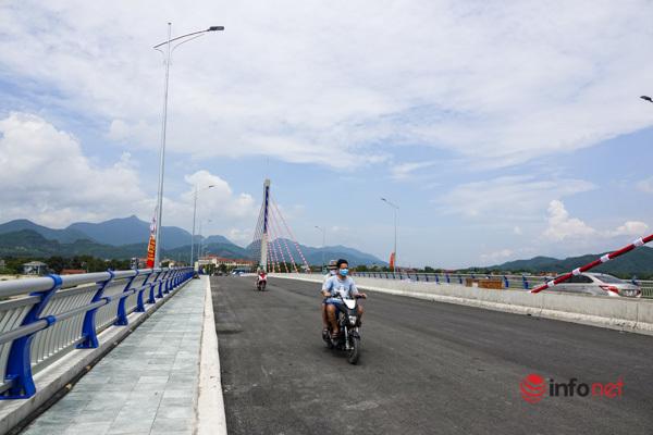 Toàn cảnh cây cầu gần 600 tỷ nối 2 bờ sông Đà vừa thông xe - Ảnh 7.