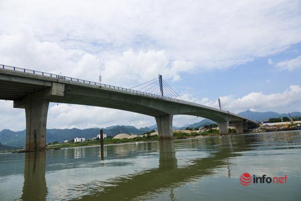 Toàn cảnh cây cầu gần 600 tỷ nối 2 bờ sông Đà vừa thông xe - Ảnh 10.