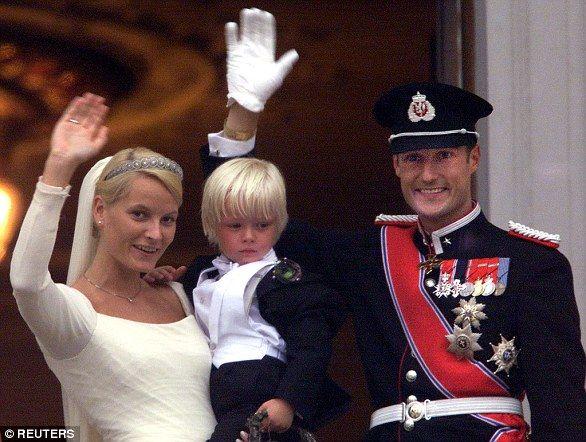 Hơn cả cổ tích: Mối tình vượt mọi định kiến của Thái tử Na Uy với bà mẹ đơn thân làm bồi bàn, quyết xin bỏ ngai vàng nếu không được bên nhau - Ảnh 4.