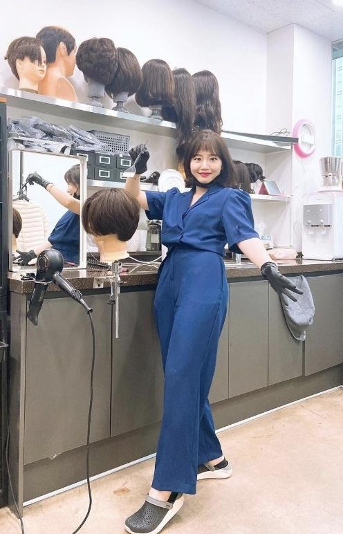 24 năm đội tóc giả do mắc chứng bệnh tóc lông cừu bẩm sinh, cô gái vượt qua nỗi ám ảnh cả đời để gặt hái thành công - Ảnh 2.