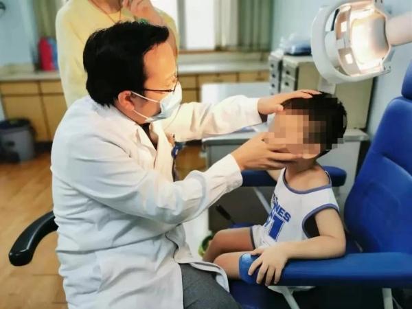 Bé trai 5 tuổi chảy máu mũi không ngừng và nôn ra máu, bác sĩ nhắc nhở một sai lầm của người lớn dễ khiến trẻ mất mạng - Ảnh 2.