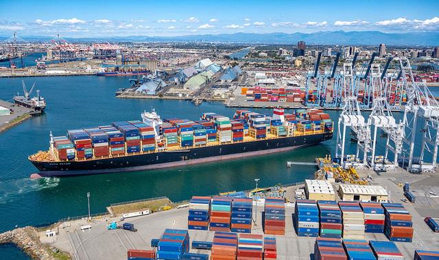 Các đại gia bán lẻ thuê tàu riêng để vận chuyển hàng hóa - Ảnh 1.