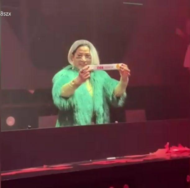 Cuộc sống siêu thú vị của cụ bà 66 tuổi: Ban ngày bán đậu phụ thối, đêm về hóa DJ cực chất - Ảnh 4.