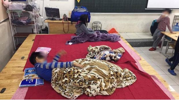 Đêm không ngủ của những gia đình có con đi cách ly tập trung: Phụ huynh lo lắng đến bần thần, trẻ nhỏ khóc vì nhớ nhà - Ảnh 2.