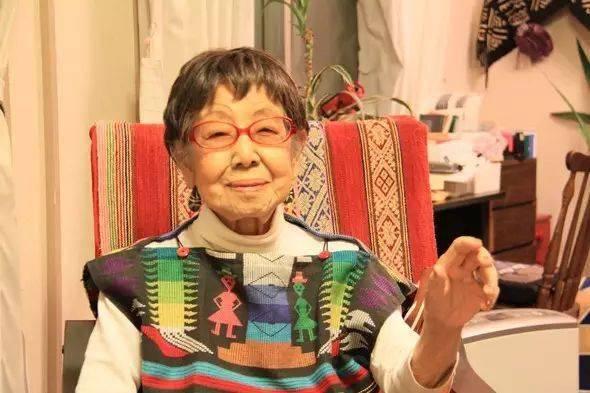 Vẫn làm việc ở tuổi 71, thất tình tuổi 96, đạt kỳ tích tuổi 100, bí quyết sống thọ của cụ bà này không phải từ thực phẩm hay việc tập luyện - Ảnh 1.