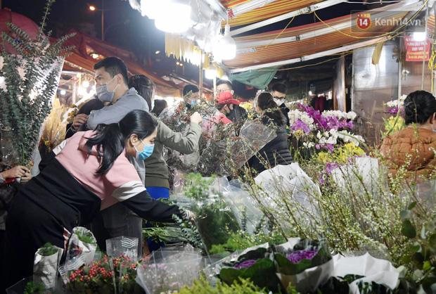 Chùm ảnh: Sáng sớm 30 Tết, biển người chen chân tại chợ hoa lớn nhất Hà Nội lựa mua hoa - Ảnh 2.