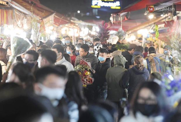Chùm ảnh: Sáng sớm 30 Tết, biển người chen chân tại chợ hoa lớn nhất Hà Nội lựa mua hoa - Ảnh 11.