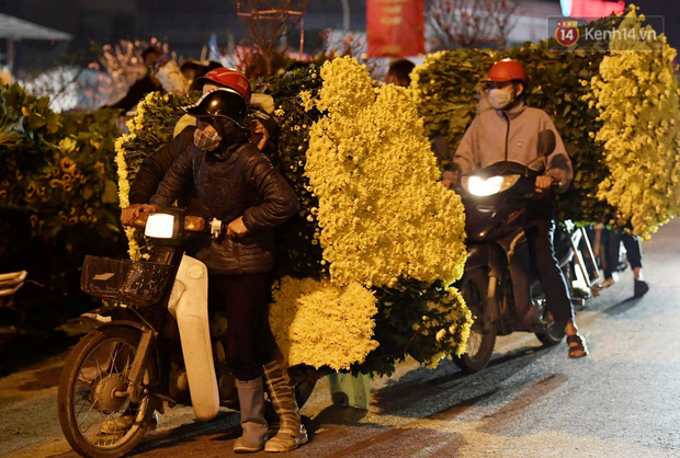 Chùm ảnh: Sáng sớm 30 Tết, biển người chen chân tại chợ hoa lớn nhất Hà Nội lựa mua hoa - Ảnh 12.