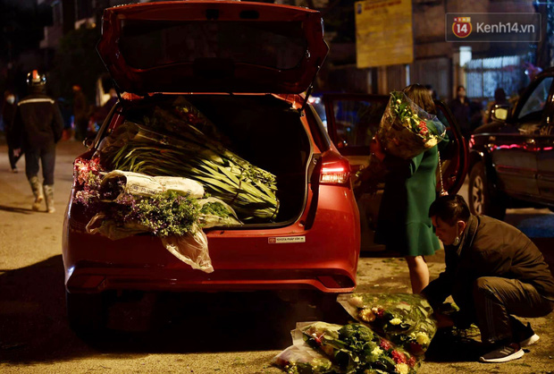 Chùm ảnh: Sáng sớm 30 Tết, biển người chen chân tại chợ hoa lớn nhất Hà Nội lựa mua hoa - Ảnh 13.