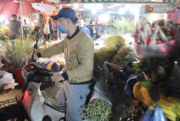 Chùm ảnh: Sáng sớm 30 Tết, biển người chen chân tại chợ hoa lớn nhất Hà Nội lựa mua hoa - Ảnh 14.