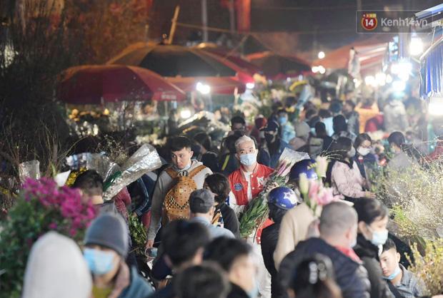 Chùm ảnh: Sáng sớm 30 Tết, biển người chen chân tại chợ hoa lớn nhất Hà Nội lựa mua hoa - Ảnh 3.