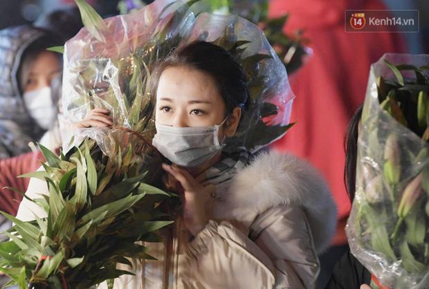 Chùm ảnh: Sáng sớm 30 Tết, biển người chen chân tại chợ hoa lớn nhất Hà Nội lựa mua hoa - Ảnh 5.