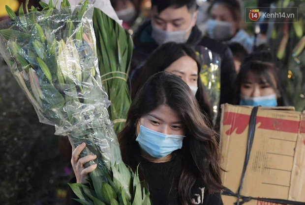 Chùm ảnh: Sáng sớm 30 Tết, biển người chen chân tại chợ hoa lớn nhất Hà Nội lựa mua hoa - Ảnh 6.
