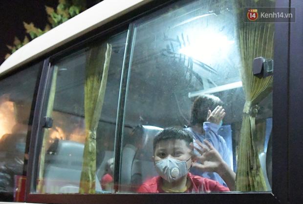 Khoảnh khắc đáng yêu của cậu bé lớp 3 khi được rời khu cách ly Xuân Phương: Hăm hở kéo liền một lúc 2 chiếc va li rồi nhảy lên sung sướng khi gặp người thân - Ảnh 8.