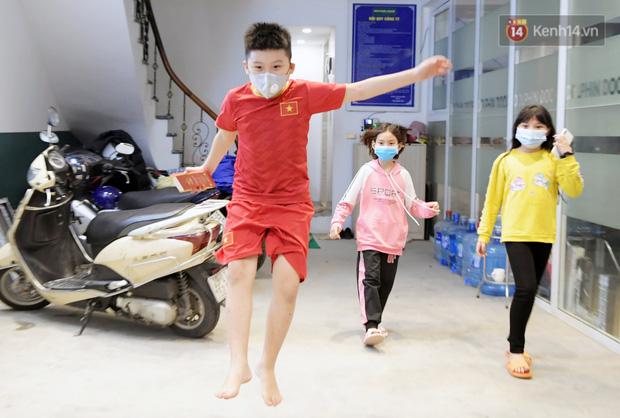 Khoảnh khắc đáng yêu của cậu bé lớp 3 khi được rời khu cách ly Xuân Phương: Hăm hở kéo liền một lúc 2 chiếc va li rồi nhảy lên sung sướng khi gặp người thân - Ảnh 9.