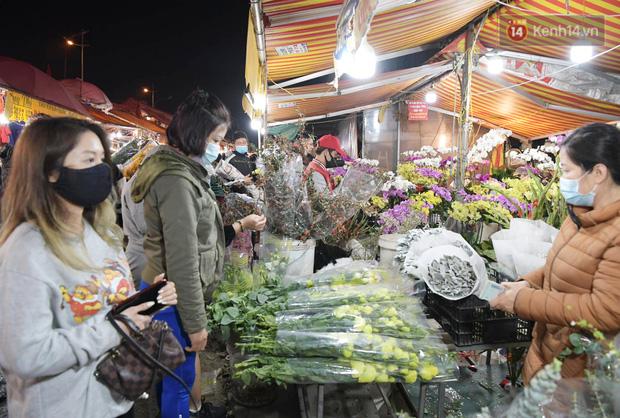 Chùm ảnh: Sáng sớm 30 Tết, biển người chen chân tại chợ hoa lớn nhất Hà Nội lựa mua hoa - Ảnh 10.