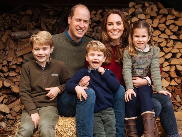 Đức Vua tương lai của Hoàng gia Anh: Những khoảnh khắc thần thái ngất trời của Hoàng tử bé George, mới 7 tuổi nhưng đã ra dáng anh cả - Ảnh 1.