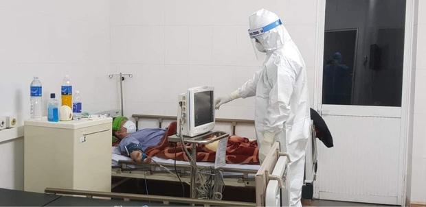 Nữ bác sĩ 3 lần hoãn cưới và chuyến xe cứu thương đặc biệt đi ngắm phố phường ngày 30 Tết - Ảnh 1.