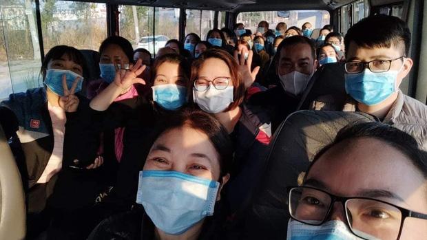 Nữ bác sĩ 3 lần hoãn cưới và chuyến xe cứu thương đặc biệt đi ngắm phố phường ngày 30 Tết - Ảnh 2.
