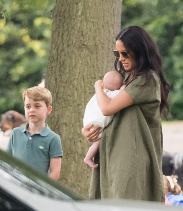 Đức Vua tương lai của Hoàng gia Anh: Những khoảnh khắc thần thái ngất trời của Hoàng tử bé George, mới 7 tuổi nhưng đã ra dáng anh cả - Ảnh 10.