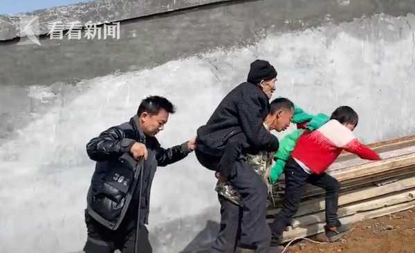 3 anh em thay phiên cõng bố già 89 tuổi đi thực hiện nguyện ước ngày Tết, hành trình gập ghềnh dài 2km gây xôn xao trên MXH - Ảnh 1.