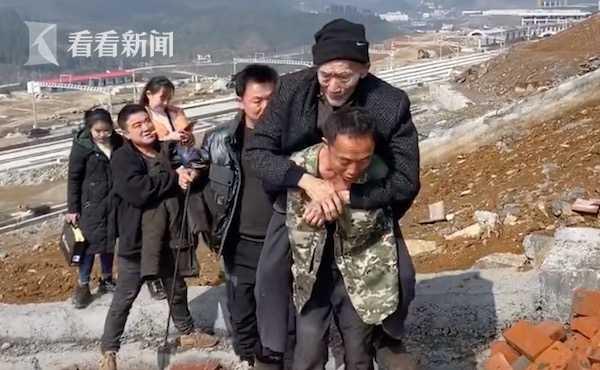 3 anh em thay phiên cõng bố già 89 tuổi đi thực hiện nguyện ước ngày Tết, hành trình gập ghềnh dài 2km gây xôn xao trên MXH - Ảnh 2.