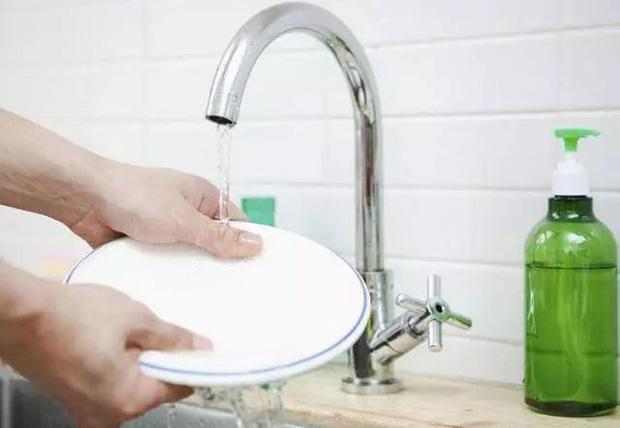 5 sai lầm khi rửa bát khiến vi khuẩn tăng 70.000 lần, không rửa sạch thì bạn sẽ ăn hết chúng vào bụng - Ảnh 3.