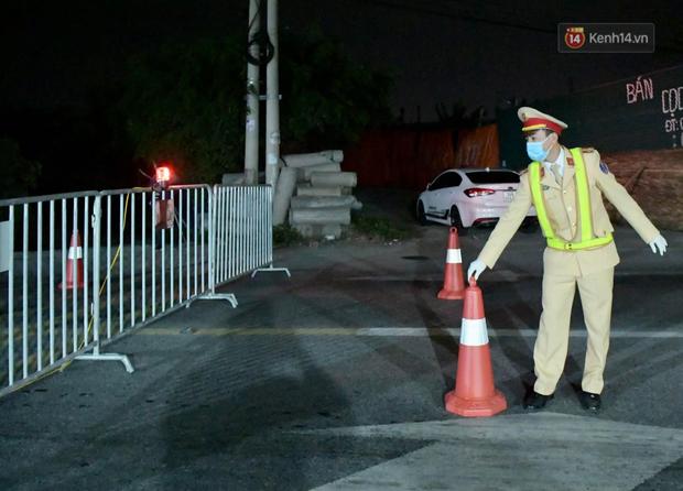 Hải Dương trước giờ giãn cách xã hội toàn tỉnh: Lực lượng xuyên đêm lập thêm 17 chốt kiểm dịch dọc Quốc lộ 5 - Ảnh 1.