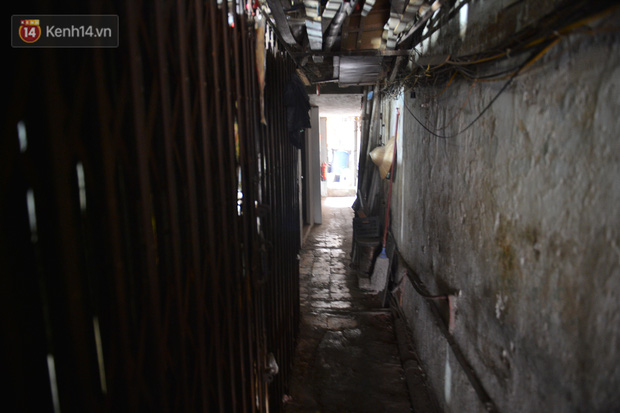 Cặp vợ chồng hơn 40 năm sống trên nóc nhà vệ sinh ở phố cổ kể về những cái Tết không bánh kẹo, họ hàng không ai đến chúc Tết  - Ảnh 1.