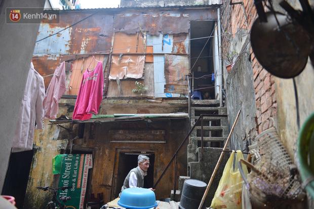 Cặp vợ chồng hơn 40 năm sống trên nóc nhà vệ sinh ở phố cổ kể về những cái Tết không bánh kẹo, họ hàng không ai đến chúc Tết  - Ảnh 2.